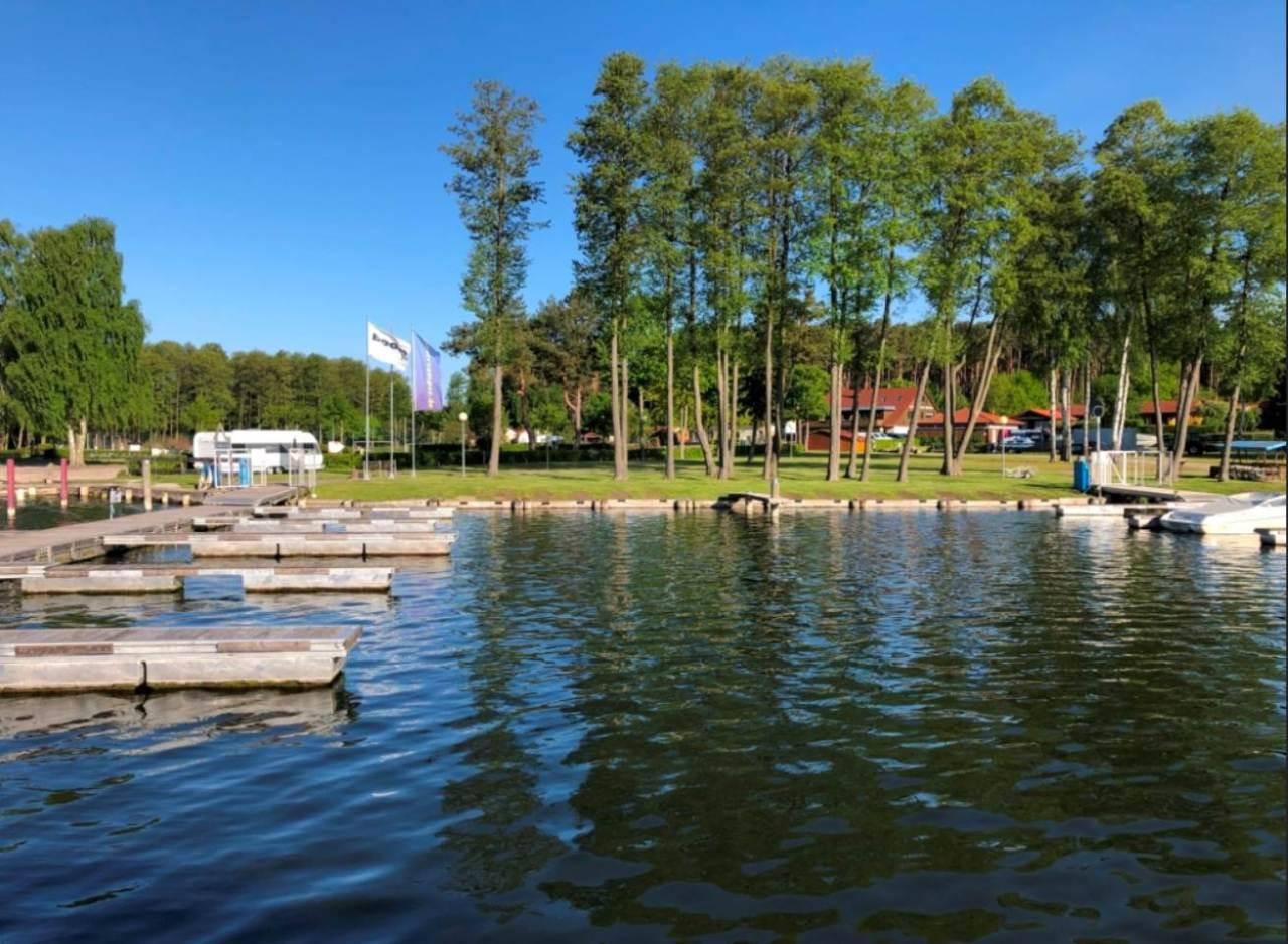 Der Blick von der Wasserseite auf den Campingplatz
